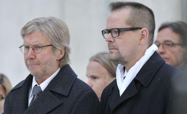 Pirkka-Pekka Petelius ja Kari Hotakainen saapuivat saattamaan Kari Tapion viimeiselle matkalleen.