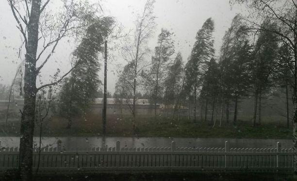 Aallot voivat Itämerellä nousta päivän aikana jopa nelimetrisiksi. Arkistokuva.