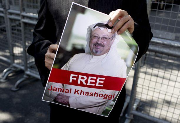 Saudi-Arabian lähetystön ulkopuolella olevat mielenosoittajat vaativat Khashoggin vapauttamista.