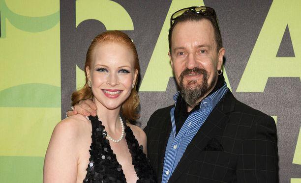 Elokuvaohjaaja Olli Saarela juhli Jenny Rostainen kanssa.