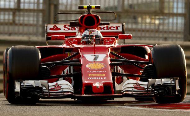 Kimi Räikkönen kurvaili päättyneellä kaudella Santanderin nimi ajokissaan.