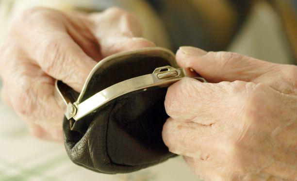Hallitus haluaa pienimpiin eläkkeisiin tehtävillä korotuksilla vähentää köyhyyttä ja osattomuutta.