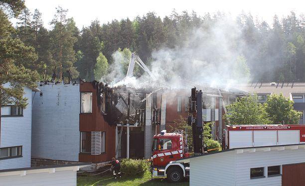 Noin 600 neliömetrin suuruinen rakennus vaurioitui pahasti tulipalossa.