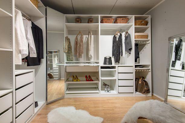Jos vaatteita on paljon, kannattaa kaapistot ulottaa aivan lattiasta kattoon. Peilin lisäksi isoon vaatehuoneeseen kannattaa sijoittaa pieni palli, jolle voi istuutua kenkävalintaa tehdessään.