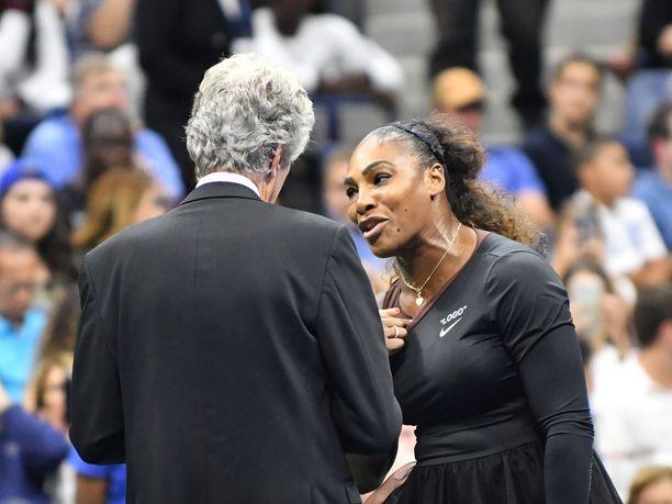 Yhdysvaltain avoimen tennisturnauksen tuomarijohtaja Brian Earley yritti rauhoitella Serena Williamsia.