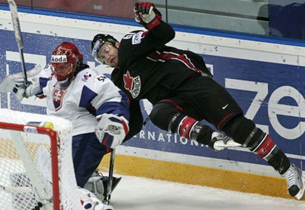 Kanadan Rick Nash ja Slovakian maalivahti Jaroslav Halak tiukassa jääbaletissa.