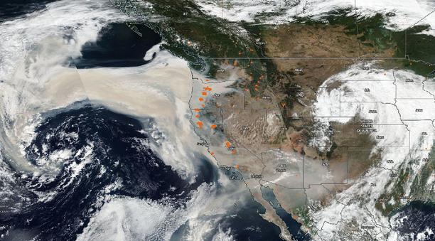 Nasan Suomi-NPP-satelliitti kuvasi savupilven USA:n länsirannikon yllä viime perjantaina. Oranssit pisteet ovat aktiivisten maastopalojen paikkoja.