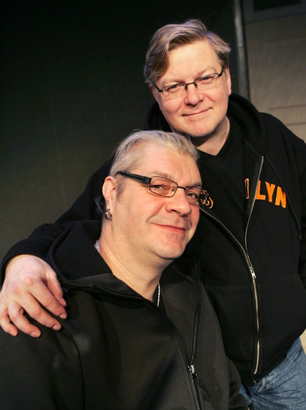MITÄ sais olla -improvisaatioryhmä jatkaa täysille katsomoille Espoossa. Kuvassa Jussi Lampi ja Eero Saarinen.