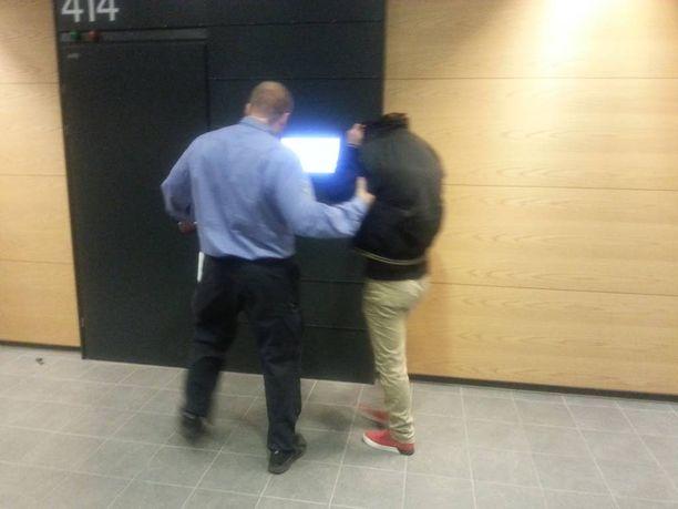 Tiistaina Helsingin käräjäoikeudessa pidettiin jutun valmisteluistunto. Kaksi pääsyytettyä on ollut vangittuna lokakuusta lähtien, muut ovat vapaina. Toinen pääsyytetyistä menossa istuntoon.