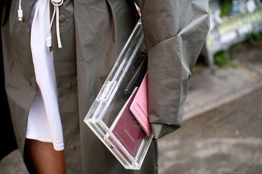 Hollantilaisen tyylitaiturin vyö on oikeasti laturijohto ja läpinäkyvä clutch-laukku on alkuperäiseltä tarkoitukseltaan teepussien säilytyslaatikko.