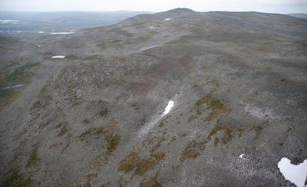 Poliisin ottama kuva onnettomuuspaikasta Kilpisjärvellä. Gyrokopteriturman onnettomuuspaikka on kuvassa keskellä.