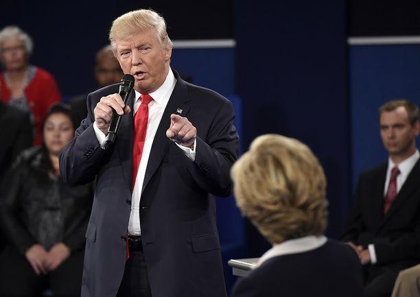 Trump kerkisi jo videolla kehuskella kourineensa naisia. Pahempaa saattaa olla tulossa.