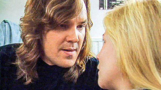 Jake Byman ajautuu umpikujaan, ja Laura tarvitsee isänsä tukea. Jakena Juha Veijonen.