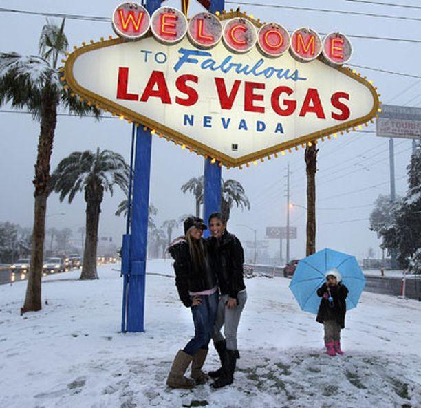 Lumi peitti palmut kaupungin rajalla.