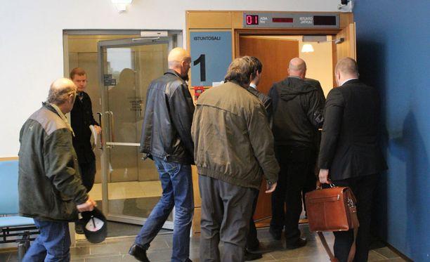 Törkeästä metsästysrikoksesta syytetyt miehet marssivat asianajajiensa kanssa käräjäoikeuteen Jyväskylässä maanantaina.
