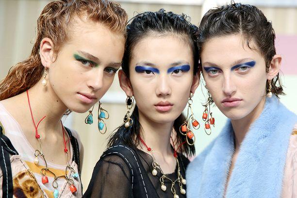 Marnin näytöksessä mallit meikattiin niin ikään värikkäisiin silmämeikkeihin.