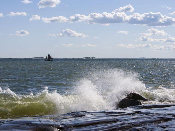 Sää vaikeuttaa suomalaisen purjeveneen pelastusta Viron aluevesillä. Kuvituskuva.
