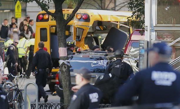 Auto törmäsi myös koulubussiin.