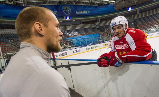 Ilari Melart jutusteli Juhamatti Aaltosen kanssa.