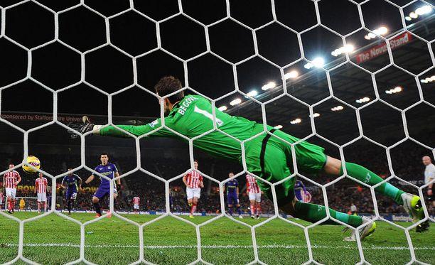 Asmir Begovic torjuu jatkossa Chelsean maalilla, jos saa Thibaut Courtois'n takana peliaikaa.