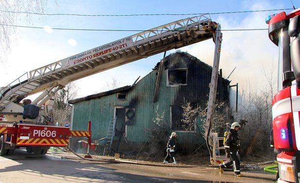Perheen lapsista kaksi pelastautuivat talosta omin voimin ja tulivat pihalle samaan aikaan, kun palokunta saapui paikalle.