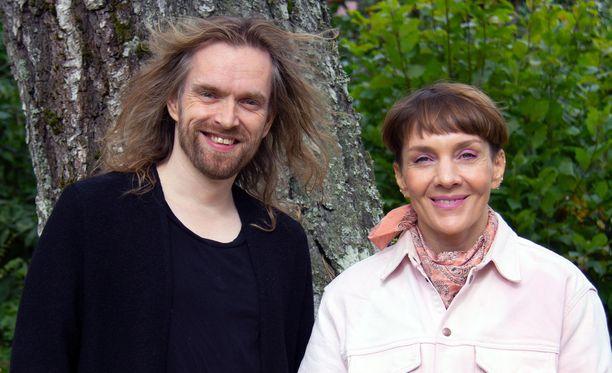 Anssi Kela sanoo Maria Veitolalle, että musiikki auttoi häntä murtautumaan uskonnollisesta yhteisöstä. –Tutustuin uusiin ihmisiin ja sain erilaisia ajatuksia.