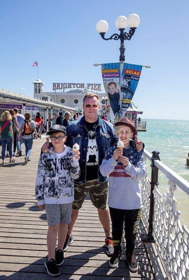 Neumann vietti Brightonissa ensimmäisen yhteisen ulkomaanmatkan poikiensa Noelin (oik.) ja Miskan kanssa.