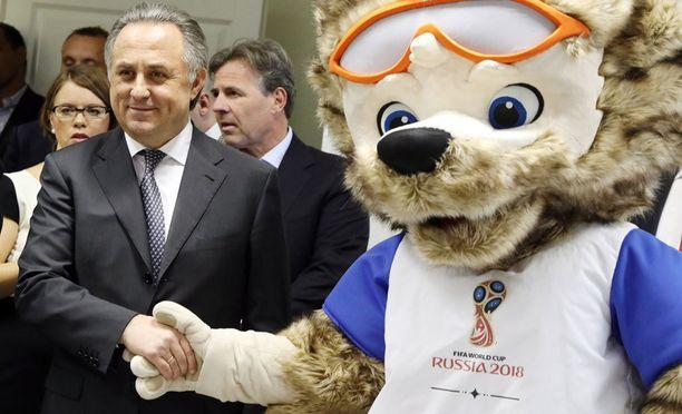 jalkapalloliiton puheenjohtaja Vitali Mutko kätteli MM-maskotti Zabivakan huhtikuussa.