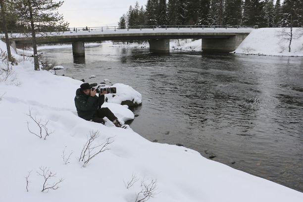 Kiveskosken rannoilla luontokuvausyrittäjä Olli Lamminsalo ikuistaa koskikarojen leikkiä.