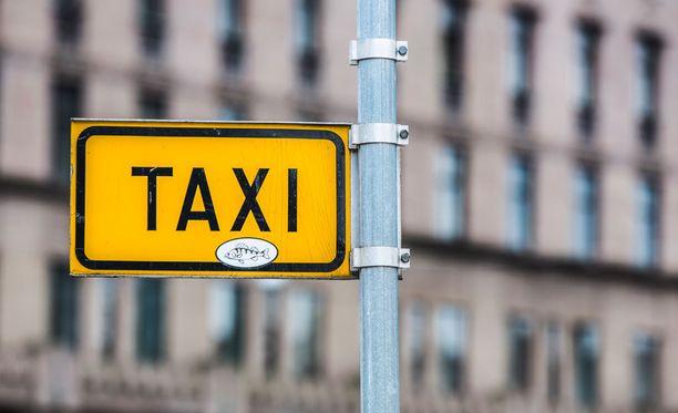 Syytetyn mukaan taksimiesten keskinäinen herrasmiessääntö on, ettei vähän ennen tolppaa ohiteta virkaveljeä.