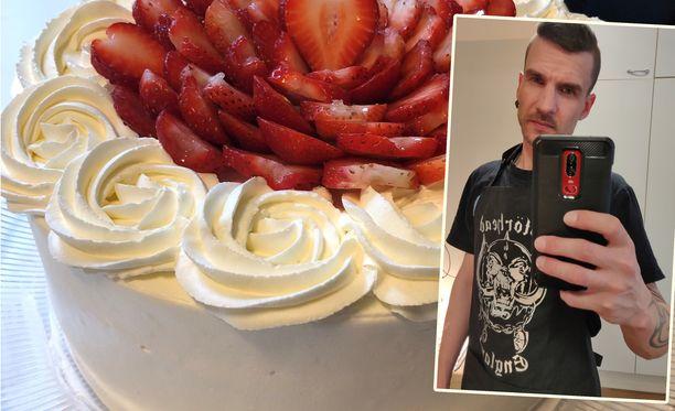 """Jukan ja Jennin tekemä mansikkakakku. Jukka löysi Mötörhead-esiliinan pitkän etsimisen jälkeen. """"Kukkaessut eivät ole tyyliäni"""", hän kertoo."""