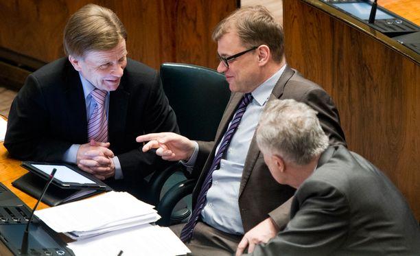 Keskustan Mauri Pekkarinen, Juha Sipilä ja Seppo Kääriäinen eduskunnan kyselytunnilla huhtikuussa 2014.