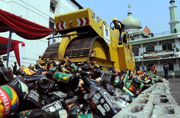 Indonesian juoduin alkoholi on miras oplosan eli pontikka. Kuvassa höyryjyrä tuhoaa lisensoimatonta, väärennettyä ja salakuljetettua alkoholia Jakartassa toukokuussa 2017.
