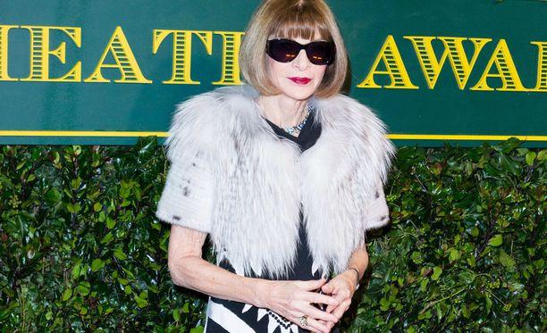 """Anna Wintour (68) joulukuussa 2017. Suurelle yleisölle hän on tullut tunnetuksi muun muassa """"Paholainen pukeutuu Pradaan"""" -hittielokuvan (v. 2006) hahmona. Häntä esitti näyttelijä Meryl Streep."""
