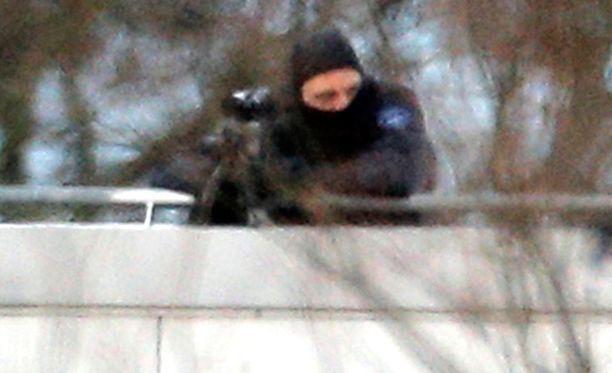 Tarkka-ampuja oli valmiudessa perjantaina Koillis-Ranskassa, kun Charlie Hebdo -ampujia piiritettiin.