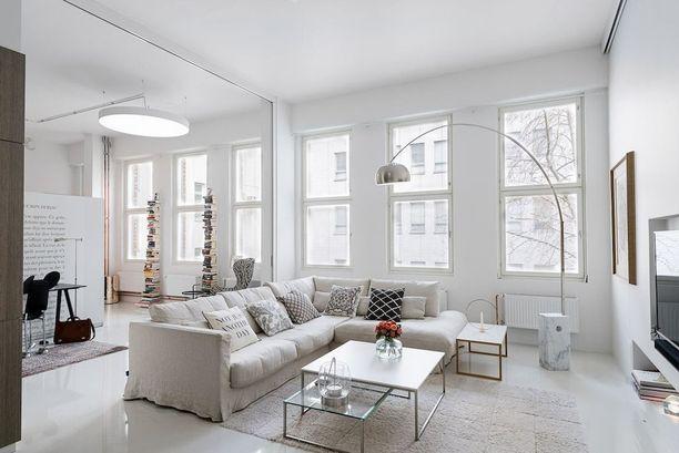 Suuri ja muhkea untuvatäytteinen sohva sopii isoon tilaan.