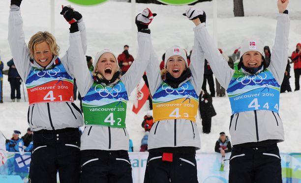 Vibeke Skofterud, Therese Johaug, Kristin Størmer Steira ja Marit Bjørgen juhlivat yhdessä olympiakultaa vuonna 2010.