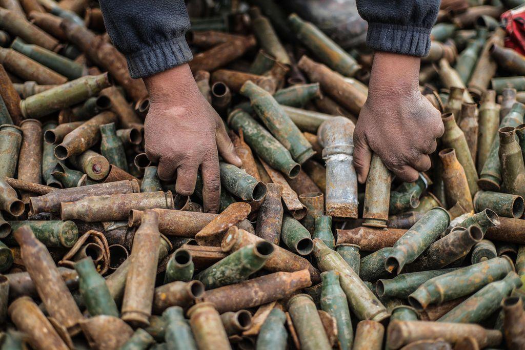 Lapsi erottelee patruunoita kaatopaikalla Idlibin kaupungissa Syyriassa. Tulituksen jäljiltä jääneitä räjähtämättömiä patruunoita myydään Syyrian jälleenkäytettäväksi. Työ on tietysti vaarallista. Kuva otettu 1. maaliskuuta tänä vuonna.