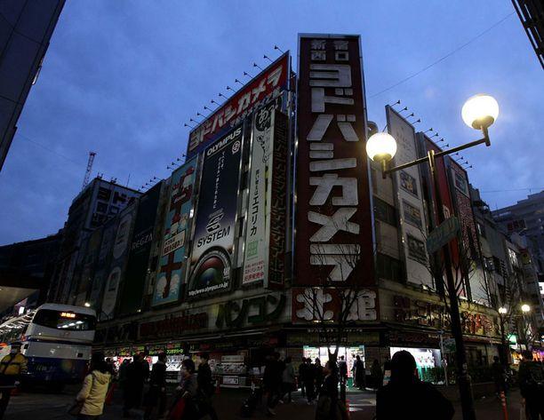 Kuvaa Shinjukun alueelta, jossa mainosvalot ovat pimeinä.