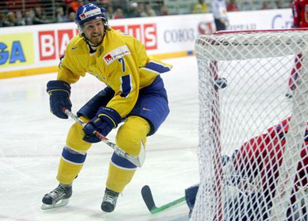 Kisojen parhaaksi pelaajaksi valittu Niklas Kronwall seuraa 3-0 -osumaansa aitiopaikalta.