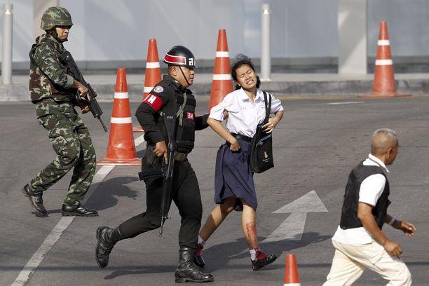 Sotilaat evakuoivat vapautettua panttivankia.