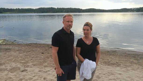 Juha Pukkila ja Anu Nousiainen kertasivat hengenvaarallista tilannetta Kivenlahden uimarannalla. Ranta on äkkisyvä vain noin 7 metrin päässä.