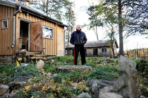 Pirkkalassa 2010 teatterimaailman jättänyt Jouko Turkka oli alkanut löytää kotipihaltaan kivikaudenaikaista taidetta.
