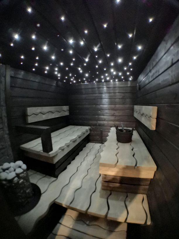 Saunan erityinen tunnelma tulee valokuiduista, jotka Mikko itse pujotteli kattopaneeleihin poraamiinsa reikiin. Katossa on nyt sata tuikkivaa tähteä.