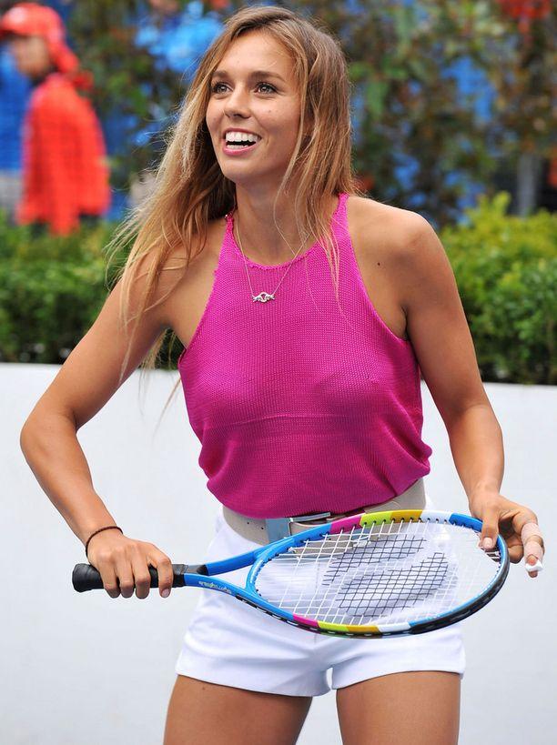 Australialainen lainelautailija Sally Fitzgibbons pelaa huvikseen tennistä.