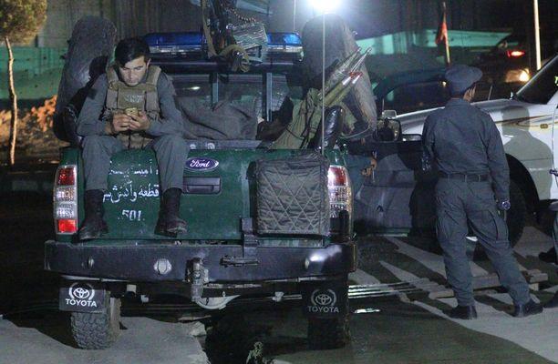 Kabulin poliisi tarkisti alueen turvallisuuden iskun jälkeen.