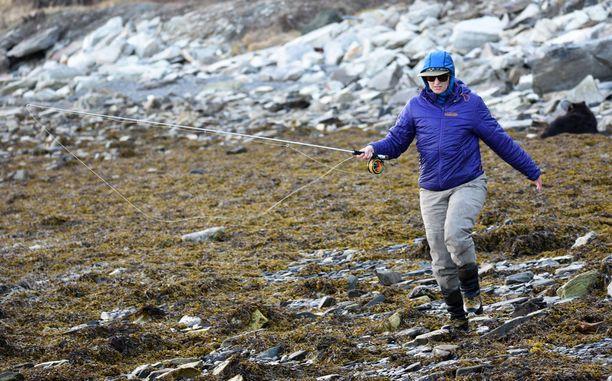 Ison taimenen hyppy Norjan vuonolla sai Emilia Laitisen juoksemaan.