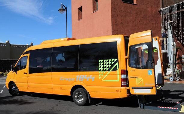 Syytetty kielsi olevansa koulutaksin kuljettaja. Hän ajaa palveluliikenteen palvelubussia. Kuvan pikkubussi ei liity tapaukseen.