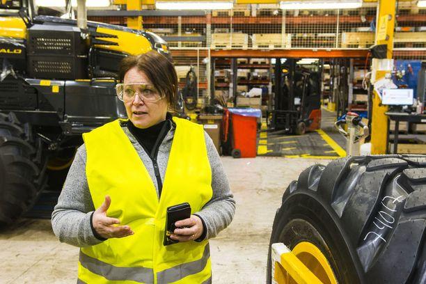 Marika Ryytty kertoo, että yhden koneen valmistuminen kestää 500 tuntia.