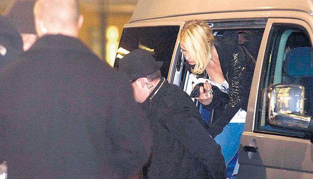 ODOTUSTA Punainen matto odotti pitkään Luxin edessä Paris Hiltonia ja Benji Maddenia saapuvaksi.